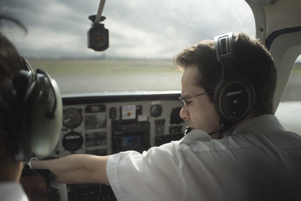 太平洋专业飞行培训中心(Pacific Professional Flight Centre)的教官和学员准备起飞