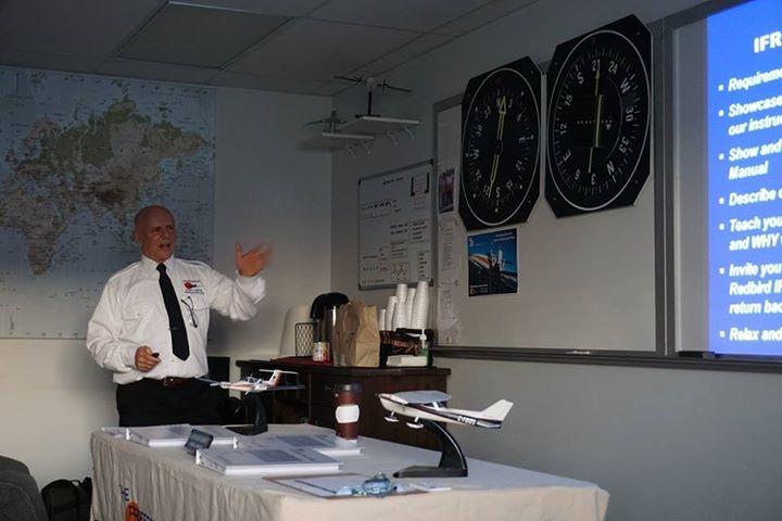 太平洋专业飞行培训中心(Pacific Professional Flight Centre)校长约翰·蒙哥马利(John Montgomery)在教授仪表飞行课程 (IFR Seminar)