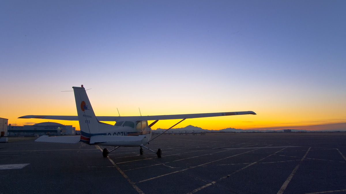 太平洋专业飞行培训中心(Pacific Professional Flight Centre)的塞斯纳C152,在Boundary Bay机场停机坪